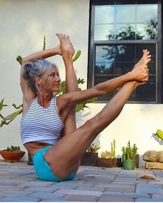 Yoga Poses For a Flat Tummy.Yoga helps one to stay youthful. People have been practicing yoga to lose weight also. Yoga Inspiration, Fitness Inspiration, Yoga Bewegungen, Hatha Yoga, Kundalini Yoga, Yoga Flow, Bhakti Yoga, Yoga Bag, Yoga Fitness