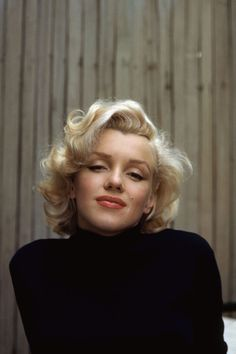 Marilyn Monroe (a. Norma Jeane Baker) was born exactly 85 years ago today. If you're not already aware that Marilyn Monroe was and still is the quintessential American sex symbol, then this galler Colorized History, Colorized Photos, Robert Kennedy, Jackie Kennedy, 1950s Hair And Makeup, Hair Makeup, Fotos Marilyn Monroe, Marilyn Monroe Makeup, Marilyn Monroe Tattoo