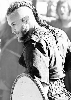 Travis Fimmel as Ragnar Lothbrok (black and white) Vikings Travis Fimmel, Ragnar Vikings, Travis Vikings, Viking Men, Viking Life, Viking Warrior, Viking Hair, Vikings Tv Series, Tatoo