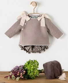 Discover thousands of images about Ideales los conjuntos de Beautiful Baby Girl Cardigans, Girls Sweaters, Baby Sweaters, Baby Kids Clothes, Girl Doll Clothes, Baby Knitting Patterns, Baby Patterns, Crochet Baby Jacket, Pull Bebe