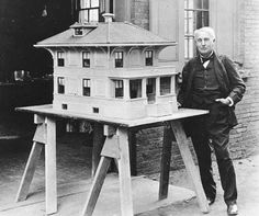 CASA DIN BETON. Planul lui Edison a fost de a turna betonul în forme mari de lemn de mărimea şi forma unei case. O casa din beton, cu ţevi laminate, sanitare, chiar şi cu o cadă de baie, urma să coste aproximativ 1.200 dolari, o treime din preţul unei case construite în mod normal. Matriţele şi echipamentele necesare pentru a construi casele reprezentau o investiţie uriaşă. În 1917, o companie a construit 11 case de beton. Nu au avut succesul scontat.