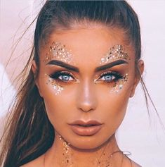 Mermaid Glitter Makeup Mermaid Glitter Makeup Best Picture For Make-up wisuda For Your Taste You are looking for something, … Glitter Carnaval, Make Carnaval, Music Festival Makeup, Festival Makeup Glitter, Blue Festival Makeup, Rave Makeup, Goth Makeup, Makeup Art, Cheer Makeup