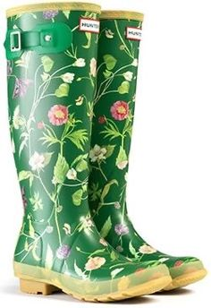 Green Rain Boots, Winter Walk, Pink Garden, Rainy Weather, Clothes Horse, New Shoes, Fashion Boots, Rubber Rain Boots, Leather Bag