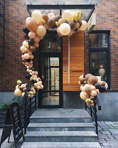 Оформление входной группы - одно из самых любимых и популярных направлений в декоре воздушными шарами ☝🏻 На фото украшение для наших… Balloon Garland, Balloon Arch, Balloon Decorations, Ballon Arrangement, Balloons Galore, Moms 50th Birthday, Company Party, Fiesta Party, Casino Theme Parties