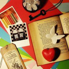 Ein farben-frohes neues Jahr 2018 wünsche ich euch! Habt ihr euch neue Lese-Ziele vorgenommen? Eine Anzahl an Büchern oder die Erkundung eines neuen Genres? Was bei mir in 2017 war und was für das neue Jahr ansteht erfahrt ihr bald im Rückblick-Ausblick-Post. Bis dahin schon mal: Viel Erfolg, Glück, Liebe, Freundschaft, Abenteuer, Sonnenschein und vor allem Lesestoff!