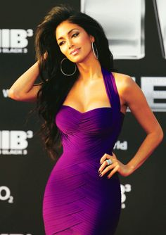 Nicole Scherzinger looks amazing in this purple dress, her hair is styled with added volume and a tousled look and her hoop earrings add a sense of casualness Sexy Dresses, Beautiful Dresses, Gorgeous Dress, Gorgeous Hair, Bandage Dresses, Stunning Brunette, Beautiful Flowers, Camila Mendes Riverdale, Robes Glamour