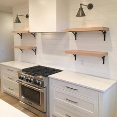 45 Awesome Modern Farmhouse Style Kitchen Makeover Decor Ideas - HOMYFEED One of the most intriguing topics that most homeowners and business enthusiasts have is whether to remodel their kitchens with … Hacienda Kitchen, Farmhouse Style Kitchen, Modern Farmhouse Kitchens, Modern Farmhouse Style, Home Decor Kitchen, Home Kitchens, Kitchen Ideas, Diy Kitchen, Kitchen Counters