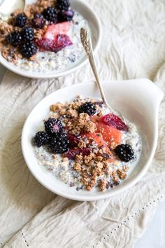 This chia oatmeal breakfast bowl is packed with all sorts of good stuff to keep me full and energized. When chia seeds absorb moisture, it turns jelly-like, similar to pudding. The longer you let it sit, the more the chia seed will plump up. Breakfast And Brunch, Breakfast Bowls, Chia Breakfast, Perfect Breakfast, Breakfast Smoothies, Oatmeal For Breakfast, Light Breakfast Ideas, Balanced Breakfast, Breakfast Waffles