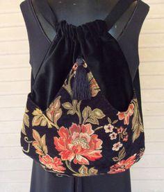 Original mochila hecha a mano hecha con terciopelo negro. El bolsillo exterior de tapicería del chenille negro con flores de mandarina arcos en el centro y cosido en el punto. Este bolsillo exterior está forrado con satén. La bolsa sí es serged en el interior y mide 14