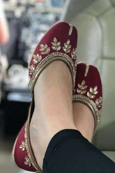 Bridal Sandals, Bridal Shoes, Wedding Shoes, Bridal Footwear, Pretty Shoes, Beautiful Shoes, Moda India, Indian Shoes, Pump Shoes