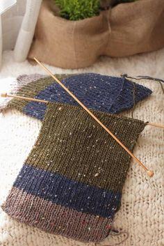 できあがりです。 Knitting Socks, Handicraft, Color Patterns, Cowl, Knit Crochet, Diy And Crafts, Sewing, How To Make, Handmade