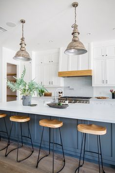 Beach Style Kitchen Designs Ideas - Welcome to our gallery of beach style kitchen areas. These photos feature beautiful coastal kitchen designs with beach and also maritime passionate accents. Layout Design, Küchen Design, House Design, Design Ideas, Beach House Kitchens, Home Kitchens, Industrial Kitchen Island, Industrial Kitchens, Vintage Industrial