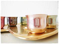Eine Palette aus Metall mit acht bunten Metallbechern...typisch 50er Jahre, frech und farbenfroh!
