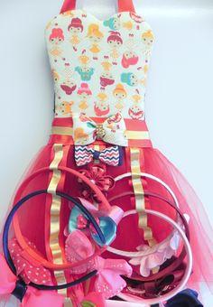 Porta Tiaras - corpete tecido 100% algodao, saia tutu de tule vermelho, enfeitado com fitas de cetim vermelha e dourada.  Laco de tecido na cintura feito do mesmo tecido do corpete.  3 fitas para tiaras e 1 para laco ou personalizamos conforme sua necessidade.