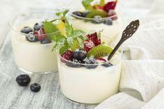 Ingredientes: 2 maçãs, 1 cacho de uvas médio, 1 iogurte sólido natural magro, 1 colher de sopa de mel, sumo de 2 limas grandes, 20g de amêndoas. Preparação: Cortar as maçãs e as uvas em fatias finas e longitudinais, e colocar numa travessa. Bater o iogurte até ficar cremoso, colocar por cima da fruta em forma de fio, fazer o mesmo com o mel e o sumo de lima. Enfeite com folhas de hortelã e as amêndoas. *Receita retirada do site da Associação Portuguesa de Nutricionistas