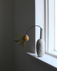 Light Swipe Vase with apricot. This piece is up online and perfect for a single branch or bloom. Ceramic Tableware, Ceramic Pottery, Pottery Art, Ceramic Art, Pottery Designs, Ikebana Sogetsu, Ikebana Arrangements, Chaise Vintage, Ceramic Design