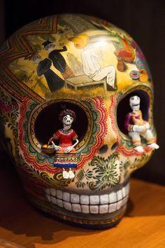 Decorated skull at The Casa de Los Venados, a private museum of modern Mexican art. Mexican Skulls, Mexican Style, Mexican Folk Art, Memento Mori, Los Muertos Tattoo, Day Of The Dead Skull, Skull And Bones, Toy Art, Art Plastique