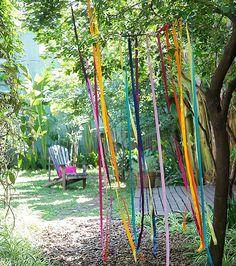 Vai comemorar do lado de fora da casa? Momentos assim pedem cores, flores e muita criatividade. Selecionamos dicas espertas para deixar o espaço cheio de charme