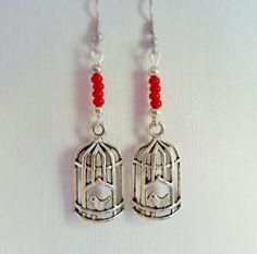Boucles d'oreille, perles de rocaille rouge et breloque cage aux oiseaux