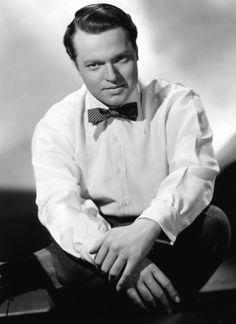 George Orson Welles (Kenosha, 6 maggio 1915 – Hollywood, 10 ottobre 1985) è stato un attore, regista, sceneggiatore e produttore cinematografico statunitense.    È considerato uno degli artisti più poliedrici del Novecento in ambito teatrale, radiofonico e cinematografico, tutti campi in cui raggiunse risultati di eccellenza.