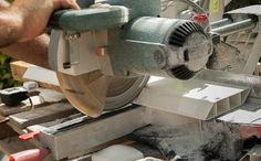 Both saws are great for a variety of applications, but we analyze the table saw vs circular saw and share when its best to use each type of power saw. Compact Circular Saw, Circular Saw Reviews, Best Circular Saw, Cordless Circular Saw, Table Saw Workbench, Table Saw Jigs, Table Saw Stand, Diy Table Saw, Scie Diy
