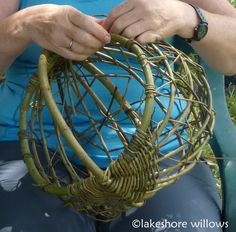 Random weave on a frame basket at workshop at Lakeshore Willows
