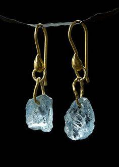 imagen de la joyería de 9.5 ct peso total de Natural Mozambique Aguamarinas con dobles aros de oro de 24K sobre alambres de oro de 18 quilates.