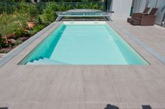 Wil je dezelfde zwembadtegels als je terras? Het kan zoals hier, een keramisch parket op 2 cm dikte