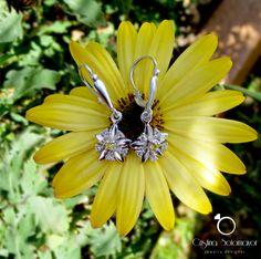 Aretes elaborados a mano en plata esterlina con gemas de color amarillo. Sterling silver handmade earrings with yellow genstones.