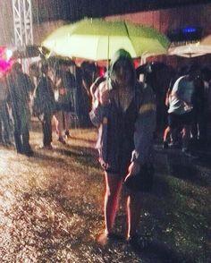Fuori come piove ci si fermano a metà tutte le parole #giorgiopoi #concertoacquatico #felicità #