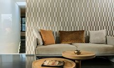 Vinyl wallpaper with a deep and natural-looking relief in sleek geometric shapes that create a effect. Vinyl Wallpaper, Home Wallpaper, Arte Wallcovering, Mood Colors, Statement Wall, Latest Wallpapers, Made To Measure Curtains, Arrow, Modern Design