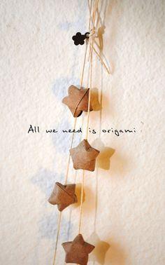 stelle origami ;  c'est très joli aussi en kraft, finalement...
