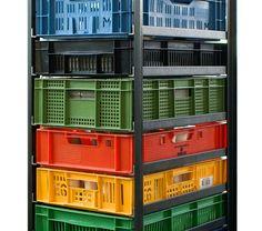 KRATTENKAST est un meuble robuste, indestructible, coloré, intemporel, élégant, industriel et écologique. Chaque modèle est unique, la structure en acier à toujours les mêmes dimensions mais l'intérieur varie avec le nombre de tiroirs, la taille des caisses en plastiques et le choix des couleurs.