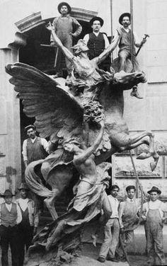 Pegaso del Catalán Agustín Querol, antes de ser colocados en la parte alta del Palacio de Bellas Artes, Ciudad de México Año de 1912