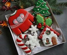 Here we have an amazing collection of latest Christmas cake design ideas. Learn how to make Christmas cakes for kids and family and to get some great ideas for your Christmas cake design. We hope you enjoy these designs as much as we do! Easy Christmas Cookies Decorating, Christmas Cake Designs, Christmas Cookies Gift, Christmas Biscuits, Christmas Gingerbread, Noel Christmas, Christmas Goodies, Christmas Treats, Christmas Baking