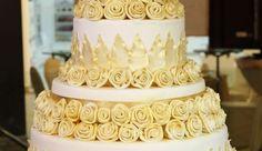 Tort nunta cu trandafiri aurii N327: tort de nunta din martipan alb cu trandafiri aurii comestibili si panglici.