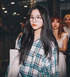 "HeeJinBar on Twitter: ""190820 ICN 👓🐰 #희진 #이달의소녀 #HeeJin #LOONA @loonatheworld… "" South Korean Girls, Korean Girl Groups, Ulzzang Korean Girl, Fandom, Olivia Hye, Pop Group, Girl Crushes, Girl Photos, Kpop Girls"
