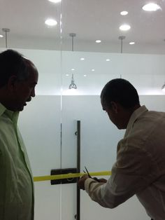 Inauguración de los laborarorios de Endodoncia por parte del Rector del momento Dr. Germán Arturo Sierra Anaya y el Coordinador de la Especialización Dr. Eduardo Covo Morales