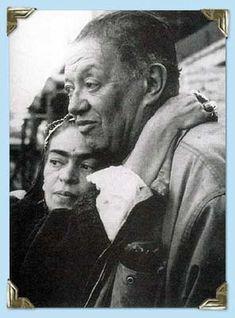 Diego y Frida, ella con los brazos alrededor del cuello de Diego, última foto