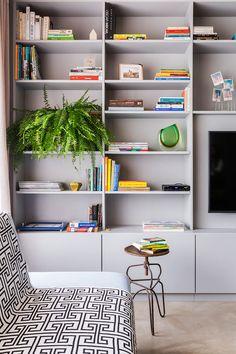 Decoração de apartamento, decoração de apartamento pequeno, decoração descolada, plantas, plantas na decoração, estante, estante cinza.