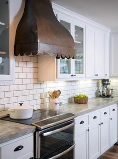 Kitchen makeover ideas from fixer upper fixer upper joanna gaines fixer . Fixer Upper Hgtv, Fixer Upper Kitchen, Cement Countertops, Kitchen Countertops, Kitchen Cabinets, White Cabinets, Black Countertops, Kitchen Flooring, Joanna Gaines