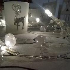 #joulupöydässä #hopeinen #metsäkauris koristaa tuikkua