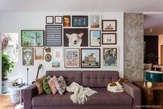 02-decoracao-sala-estar-parede-quadros-sofa-cinza-plantas
