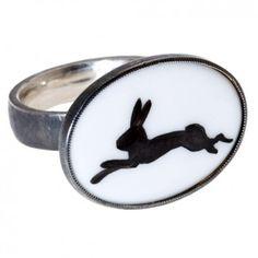 Dieser wunderschön individuelle Silberring Hase mit handbemaltem Porzellan entstammt der exklusiven Kollektion Materia Prima des Freiburger Labels Knetsch