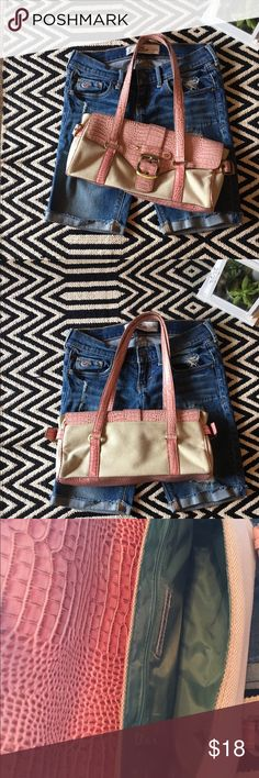 Tommy Hilfiger purse Great condition! Tommy Hilfiger purse. Tommy Hilfiger Bags Shoulder Bags