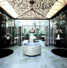 Dass das 10 Corso Como beim Mode-Adel beliebt ist, ist nicht verwunderlich. Schließlich wurde das 1990 eröffnete Etablissement von Carla Sozzani, der Schwester von Vogue Italia's Chefredakteurin, gegründet.