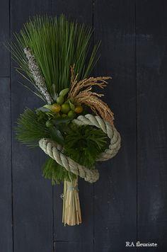 12月は全くブログが更新できず、楽しみにして下さっていた方ごめんなさい。お正月レッスンで皆様にお作り頂いた作品を一部ですがご紹介したいと思います。年の瀬の... Ikebana Arrangements, Floral Arrangements, New Years Decorations, Flower Decorations, Design Crafts, Decor Crafts, Flower Show, Flower Art, Japanese Ornaments