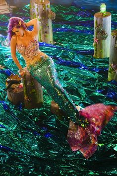 @Emma Gorley look its katy perry as a mermaid.........YES!!!!!!!! THE BEST ONE EVER!!!!!TY