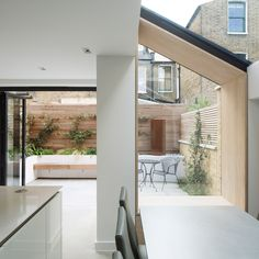 2017 revealed London's best new house extensions house extensions Don't Move, Improve! 2017 revealed London's best new house extensions The Lined Extension Wormwood Scrubs by YARD Architects Extension Veranda, Side Extension, Glass Extension, Extension Ideas, Victorian Terrace, Victorian Homes, London Architecture, London House, House Extensions