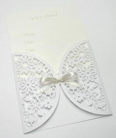 AMY: This is a floral gate-fold envelope. This package is similar with the one with hollowed-out patterns style package which I showed before. And there is a little different, that is this envelope is harf- folded, which looks like a gate. Also the bow on the top is very pretty.